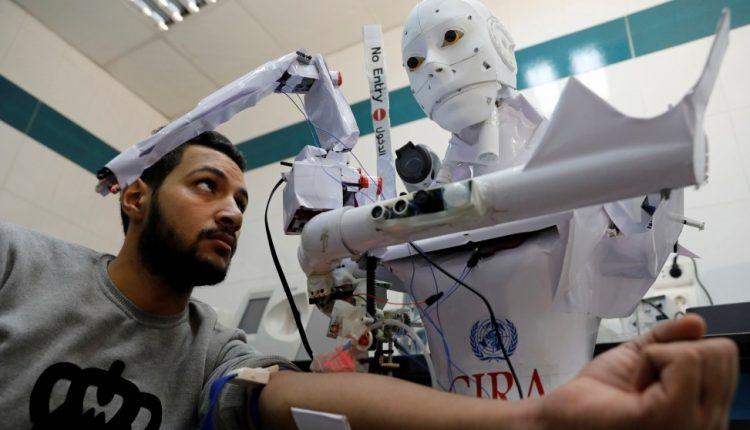 المخترع المصري محمود الكومي مع الروبوت